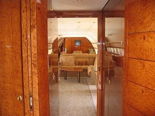 ビジネスジェット プライベートジェット 機内の入口部分