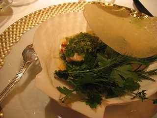 サーモンの低温コンフィと根セロリピュレソース、フレッシュハーブピュレで和えたつぶ貝を添えて