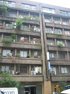 ビルの全景。高級アパートとして建設されてから、なんと74年!!