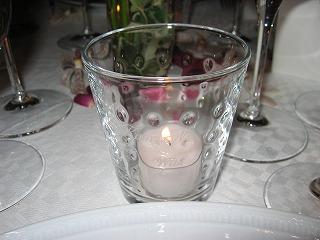 グラスでつくったキャンドルホルダーには、出席者各自のフルネームの刻印が・・・