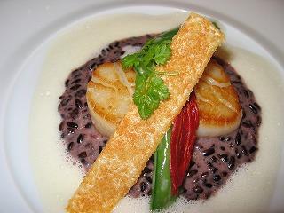 帆立貝のプランチャーロティー 黒米のリゾット赤ワイン風味 カプチーノ ブール シトロネール
