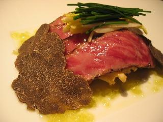 肉に添えられた野菜と黒トリュフ。最高の組み合わせ