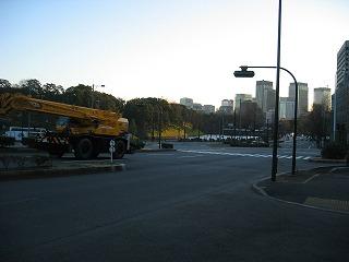 国会前から皇居へ渡る横断歩道で信号待ち