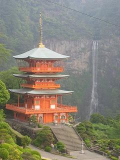 熊野那智大社の塔と滝(右)