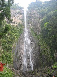 那智の滝。1000年以上も前の僧たちも修行したという場所