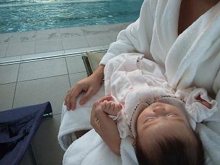 初めてのプールへ(寝ていますが・・・)