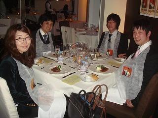 食事風景。前掛けには各人の写真が(笑)