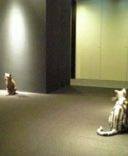 会場のエレベーターホール前にて。癒されます・・・(作り物の猫ですよ、念のため)