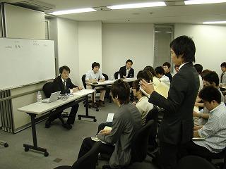学生からの質問を聞くパネラーたち(女性社長たちはこの写真には写っていません:笑)
