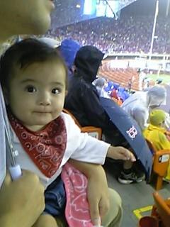 観戦席で興奮する娘