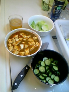 白菜をゆでたもの、きゅうりの浅漬け、そして、非常に辛く仕立てた麻婆豆腐
