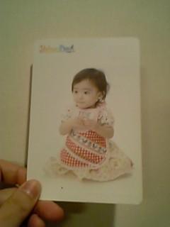 某ファッションブランドの宣伝ハガキに写っている我が娘