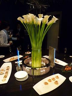立食パーティーのテーブルの写真