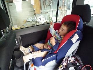 娘は車内で絵本を読みながら