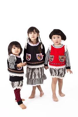 一番左が娘で「お花とレースのエプロンワンピ/かぼちゃパンツ」