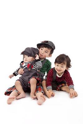 一番左が息子で「サロペット羽根つき帽子」