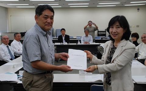 前回の懇談会にて。会長、慶応大学植田教授(左)から、区長(右)へ提出!!