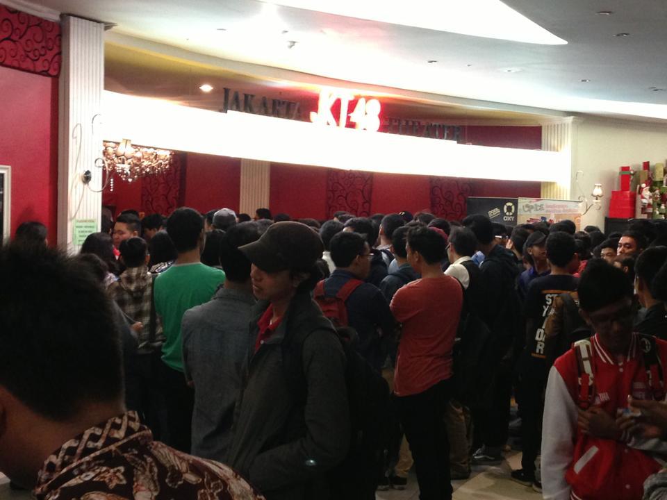JKT48劇場の入口広場には大勢の若者が
