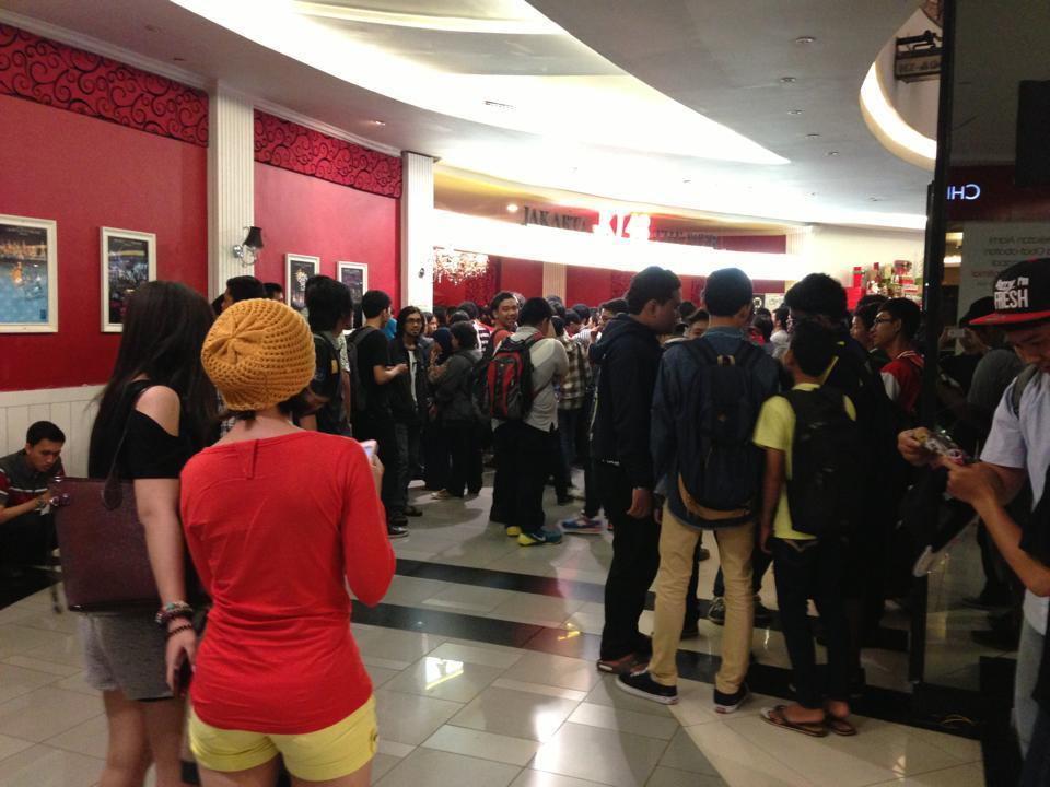 JKT48の熱烈ファン!という男子だけでなく、意外と女性客の姿も