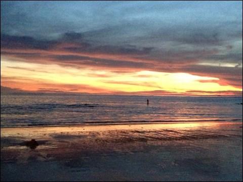 アポイントの場所はバリの海岸沿いのカフェ。気づいたら美しい夕陽が