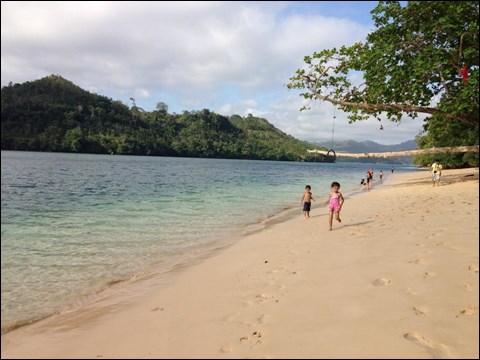 子供たちと、インドネシア・東ジャワの海岸にて