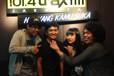 ラジオ「Trax FM」のスタジオにて、左からコメディアンのMister Willzさん、歌手のRachel Florenciaさん、コメディアンのRendy Y. Satryaさん