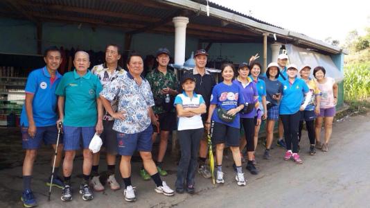 東ジャワでトレイルラン:スタート前に、サークルメンバー集合写真
