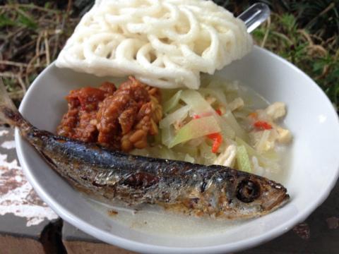 東ジャワでトレイルラン:ゴール後に振る舞われる食事。これがまた、たまらなくおいしい!