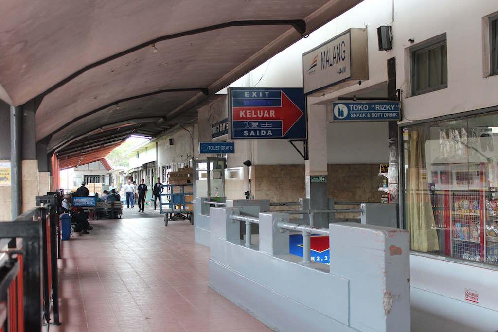 電車でインドネシアのMalang駅からGambir駅まで