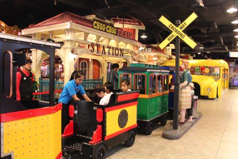 スラバヤ・グランドシティモール(Grand City Mall)を走る電車
