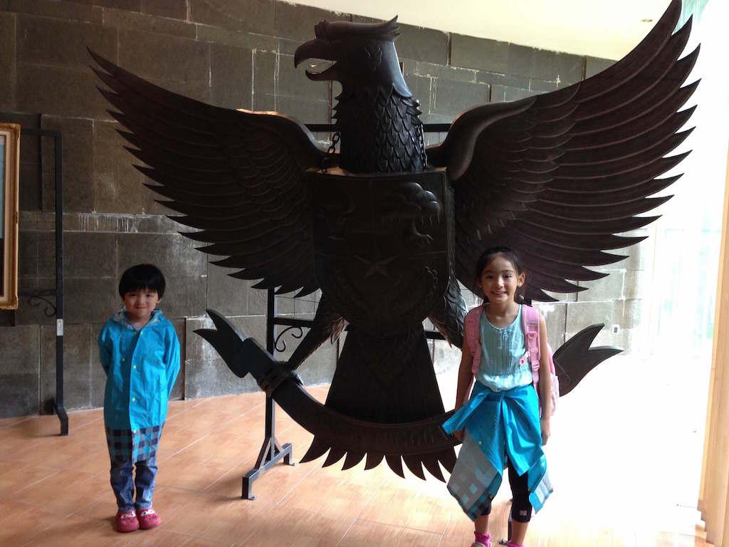 スカルノ初代インドネシア大統領のお墓に、小学生になる我が子を連れて行ってみた