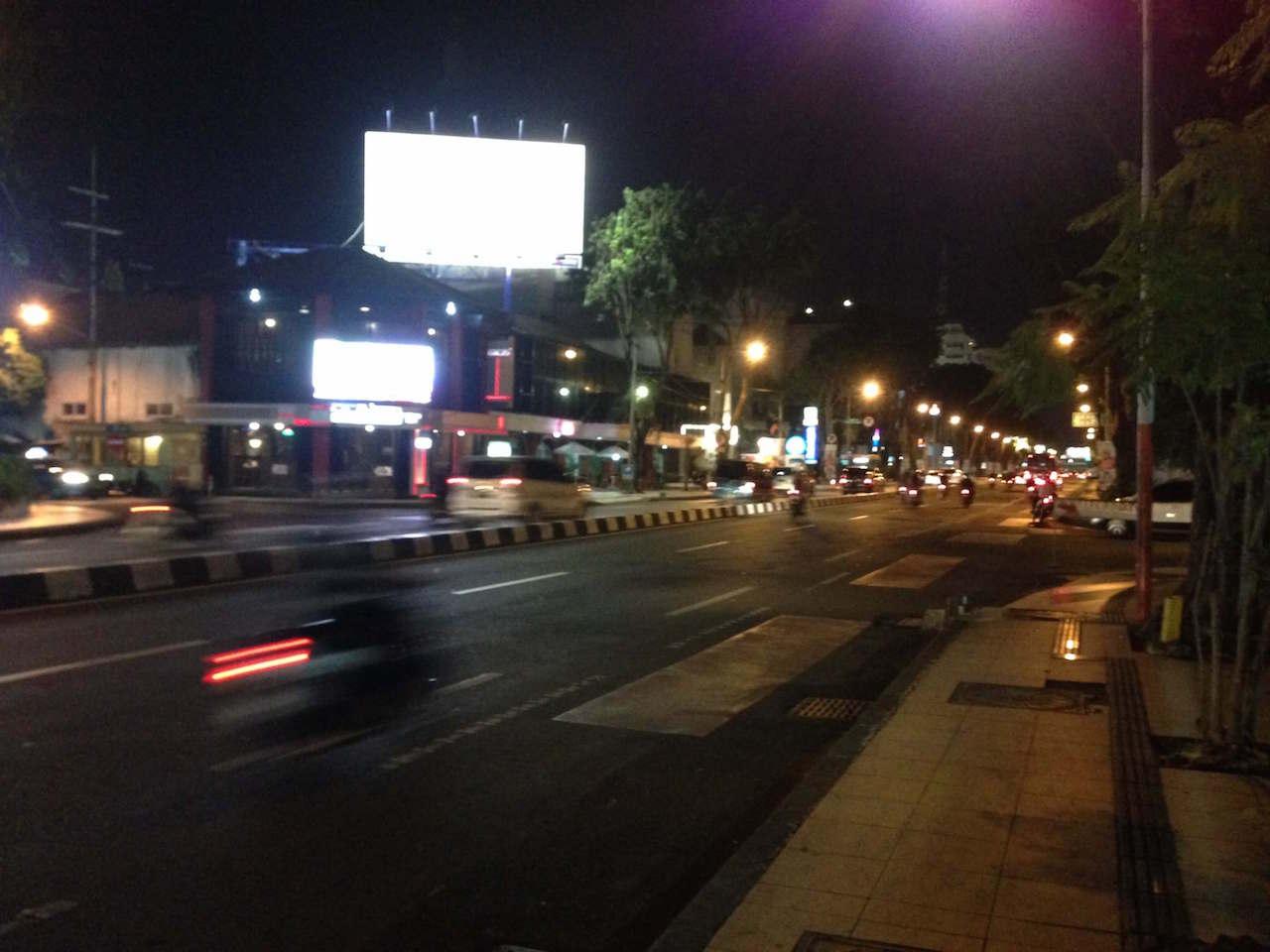 スラバヤ中心部の夜の様子