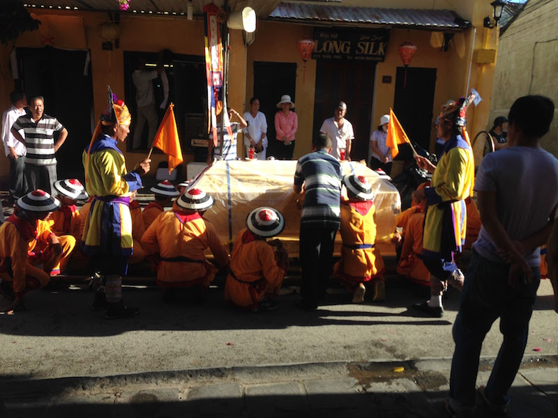 世界遺産ホイアンの早朝6時、棺を運ぶ葬列の儀式