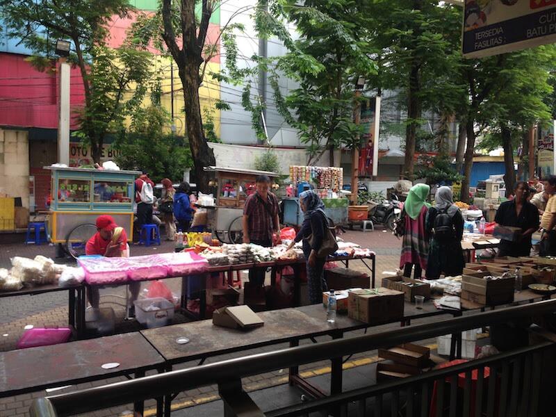 ジャカルタ・ブロックMの朝市でいただく屋台のおかゆ