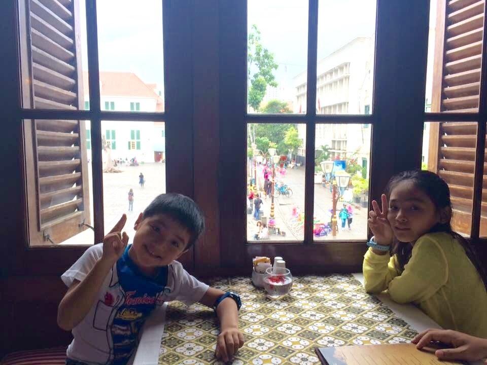 カフェ・バタビア:当時の面影を残す「石畳の広場」を見ながら