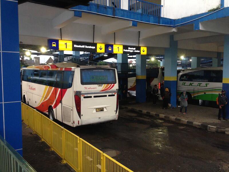 長距離バスターミナル(インドネシア東ジャワ:アルジョサリ)