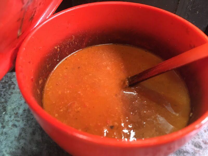 スラバヤのバスターミナル食堂街で、東ジャワ名物「ナシ・ラウォン」を味わう
