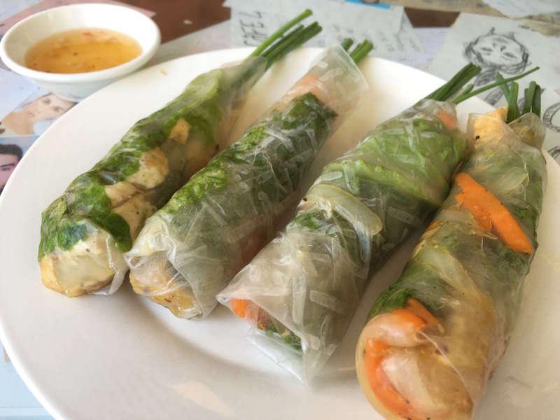 ホイアンのローカルレストラン「カフェ43」でいただく「野菜の生春巻き」