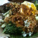 「ナシ・ペチェル」(ジャワ伝統の茹で野菜とピーナッツソースのご飯)