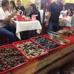 ジャカルタ中心部の屋台! 手を使っておいしくいただく貝料理のお店!