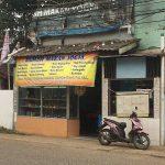 ジャカルタにある普通の大衆食堂でインドネシア名物「ソト・アヤム」をいただく