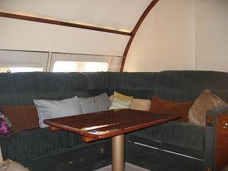 ビジネスジェット プライベートジェット 機内の会議室