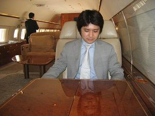 ビジネスジェット プライベートジェット 機内の折りたたみテーブル