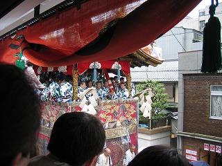 祇園祭 山鉾巡行 すぐ目の前に「囃子方」の方々が