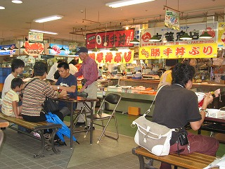 釧路 和商市場 オリジナル勝手丼を楽しむ光景
