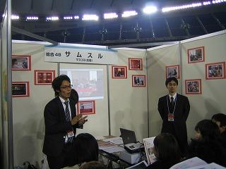休憩時間中にも熱弁をふるう、左から斉藤、堀井