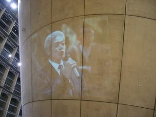円錐形の部分に生で映写された、ひらまつ社長のスピーチ姿