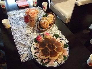 """テーブルに美しく並んだ2つのパン"""""""