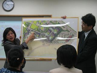 「伝説のホテル」のイメージを熱く語る鶴岡社長(左)