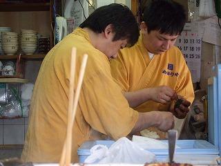 めはり寿司の大量発注を受けて精を出すご主人と息子さん